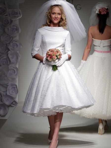 Если длинное платье со шлейфом - это не ваша мечта, то посмотрите такие идеи для свадебного платья, в стиле 50-х